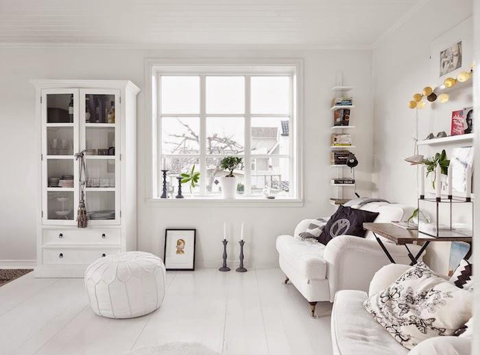 deco salon style scandinave, étagère murale en bois peinte en blanc, guirlande lumineuse, fauteuil en cuir blanc