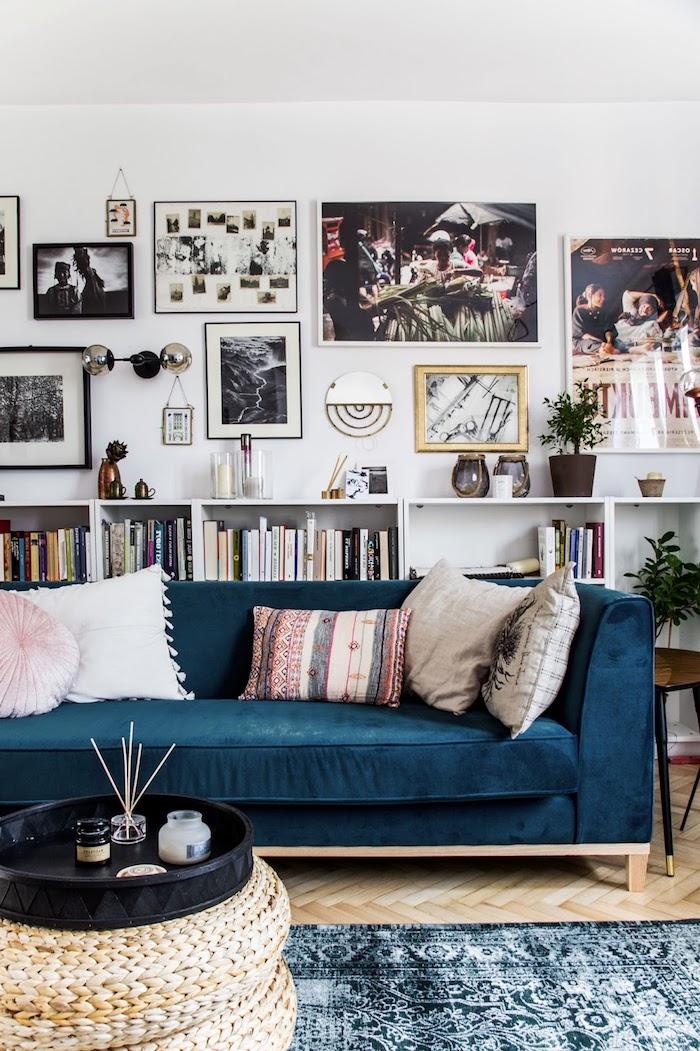 décoration scandinave, mur et plafond blanc, tapis à motifs ethniques en vert foncé et blanc, mur de cadre, plantes vertes