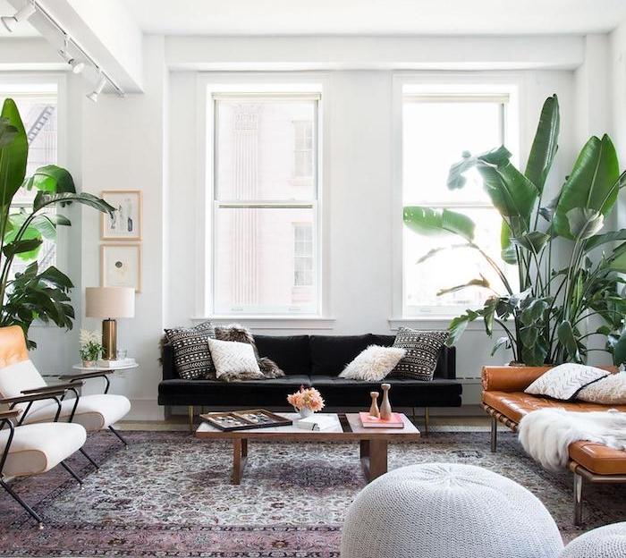 décoration scandinave, fauteuil en bois avec housse blanc en contour orange, table basse en bois, coussin blanc en faux fur