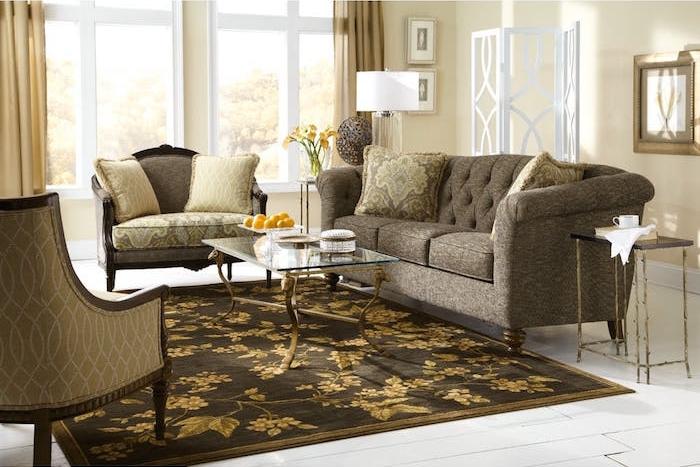 tapis bistre et or accordé au canapé gris et beige