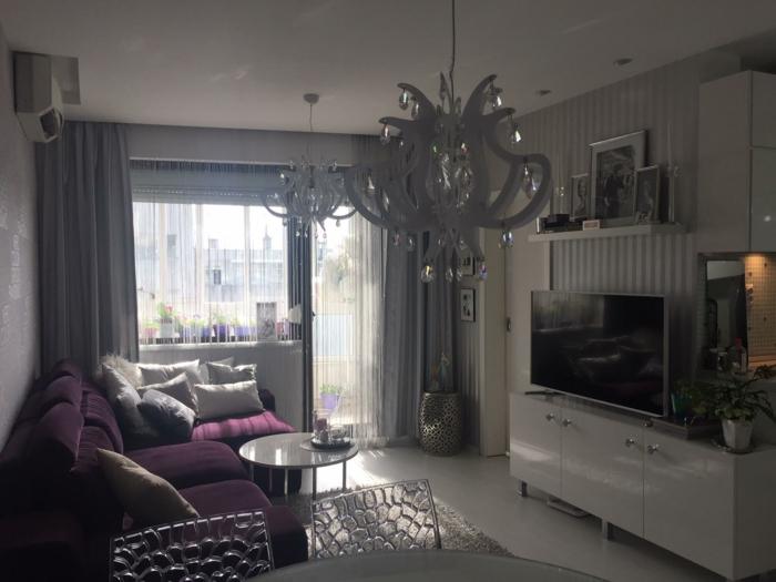Idée chambre grise papier peint chambre adulte décoration couleurs lustre baroque