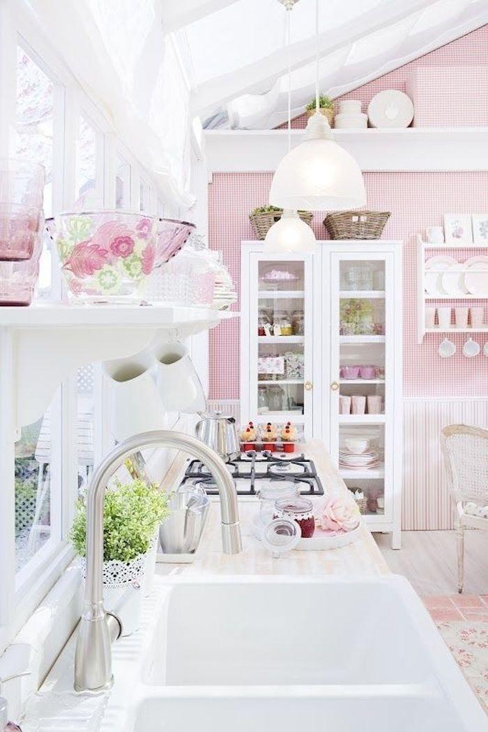 papier peint rayures rose et blanc, cuisine style shabby chic, plan de travail en bois clair, vaisselier blanc et vaisselle blanche et aux tons pastels clairs