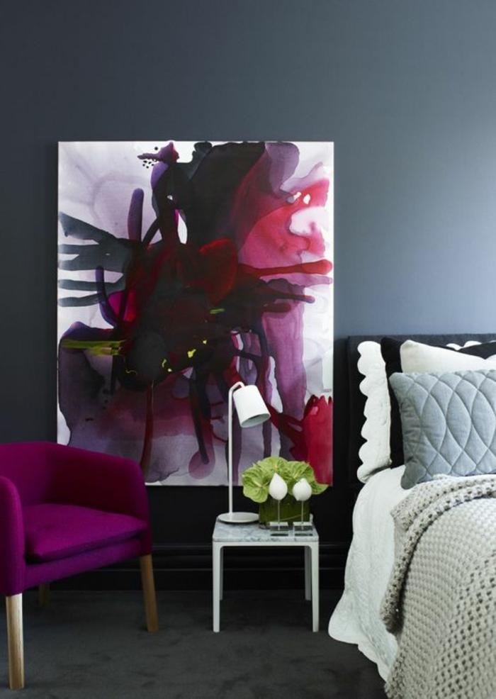 la couleur pourpre, tableau art avec de jolies couleurs, petit chevet blanc, chaise fuschia
