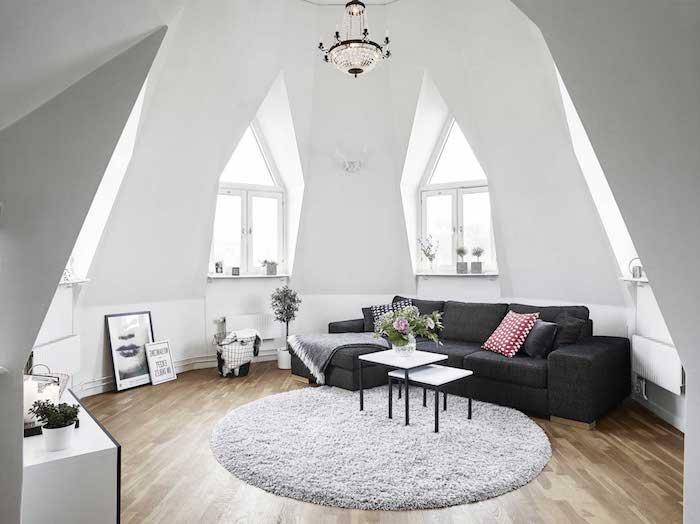 deco salon style scandinave, canapé noir avec coussins décoratifs, tapis blanc moelleux, murs peints en blanc