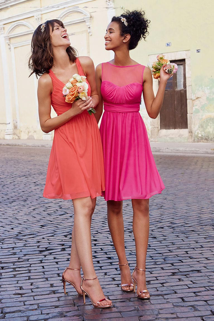de petites robes couleur corail et rose fuchsia pour un look de fille d honneur plein de bonne humeur