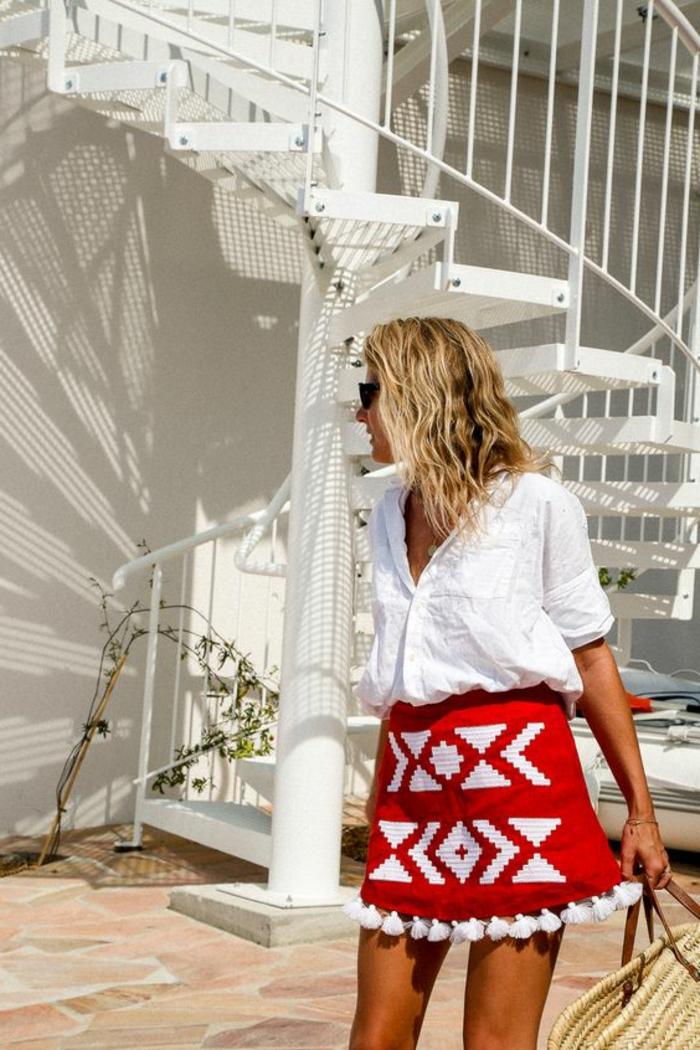 mode ethnique, jupe rouge avec figures géométriques et franges blanches, chemise blanche