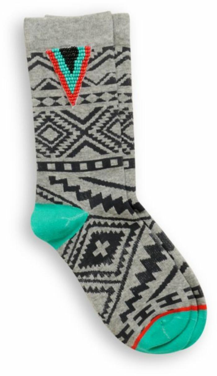 mode ethnique, chausson aux imprimés géométriques style tribal, chaussette en gris, noir et turquoise