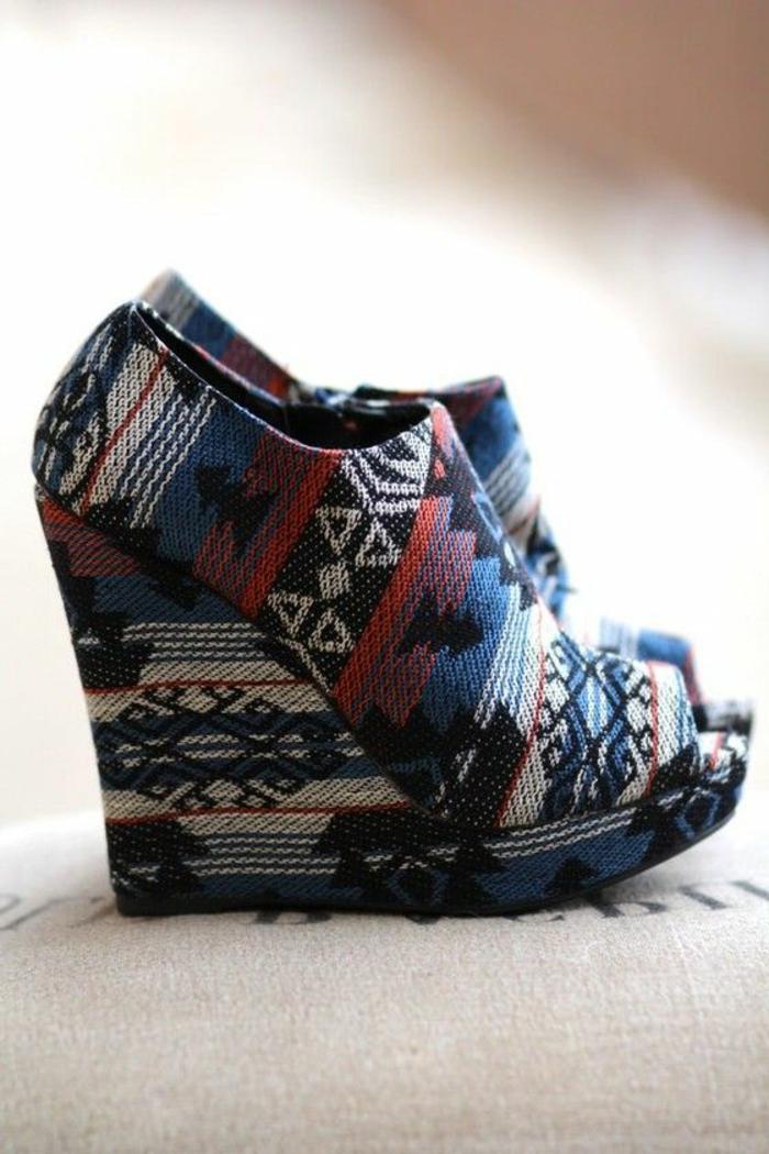 mode ethnique, imprimés modernes figures aztèques, chaussures tapissées avec plateformes
