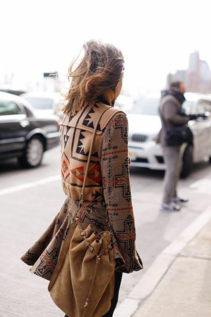 mode ethnique, sac camel ortée épaule, manteau femme camel aux motifs aztèques