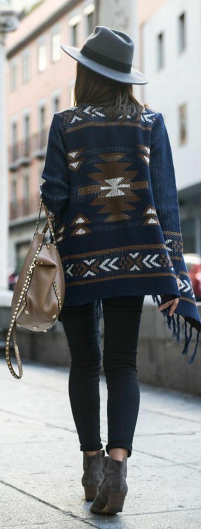 mode ethnique, manteau bleu, chapeau feutre, bottines couleur taupe, sac couleur taupe