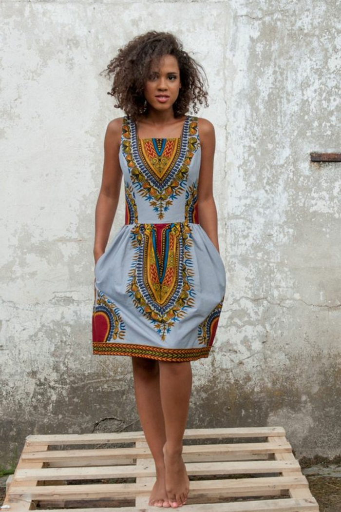 mode ethnique, robe bleue pâle, jolies figures brodées et imprimées, mode d'été style boho