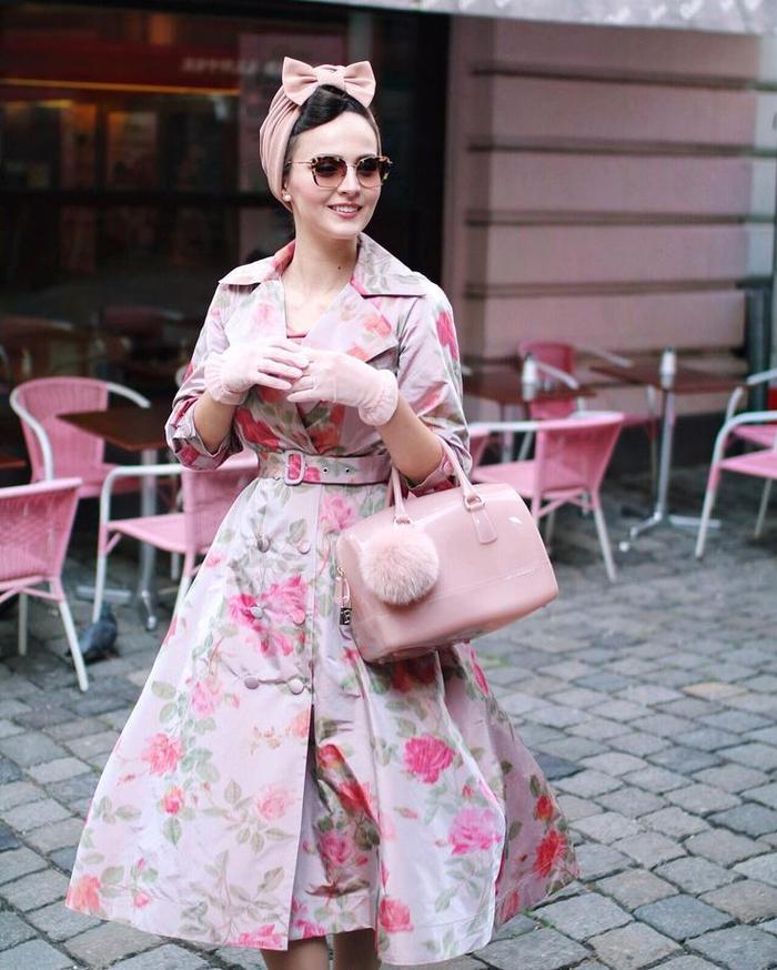 un look vintage et glamour en rose poudré, coiffure pin up avec bandana girly en forme de noeud