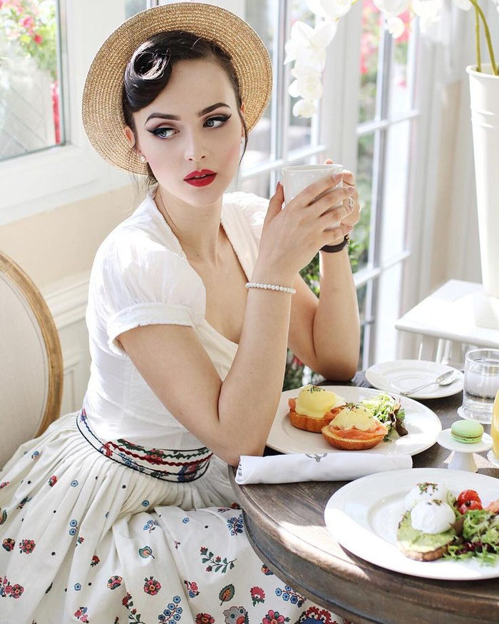 Maquillage vintage pin up simple les pin curls servent raliser des coiffures rtros et pin up - Maquillage pin up ...