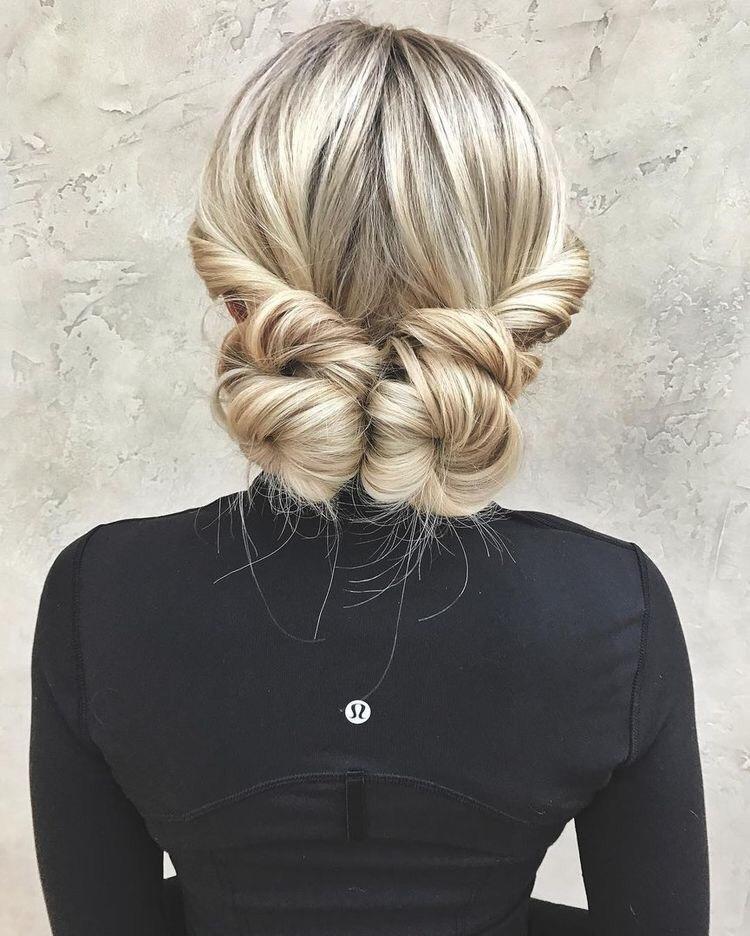idée de coiffure femme stylée, deux macarons à partir des mèches de devant entortillées, coiffure chignon élégante