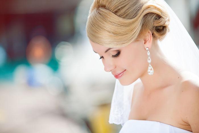 coiffure mariage cheveux mi long, couleur de cheveux blonds, coiffure avec voile de mariée longue