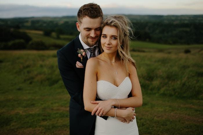 coiffure mariage cheveux long, collier en or, style bohème, cheveux mi-attachés