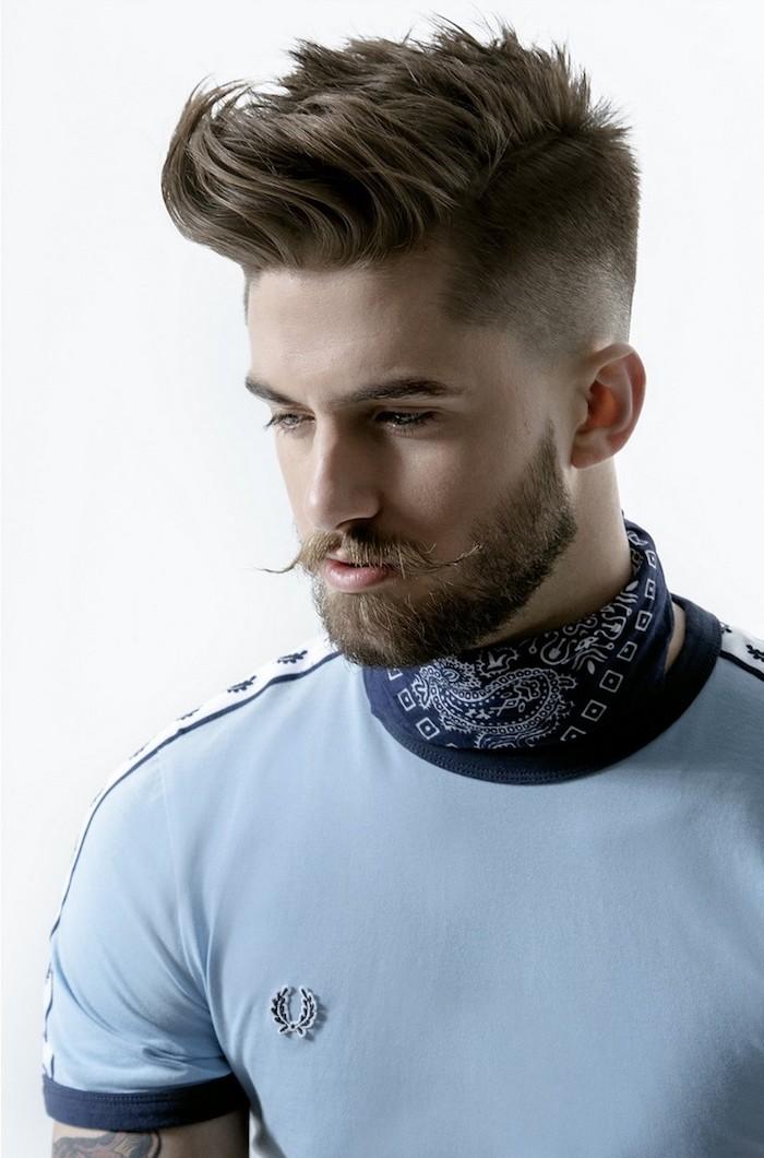 coupe garcon, t-shirt bleu et écharpe en bleu foncé pour homme, tatouage en couleur homme, couleur de cheveux châtain foncé