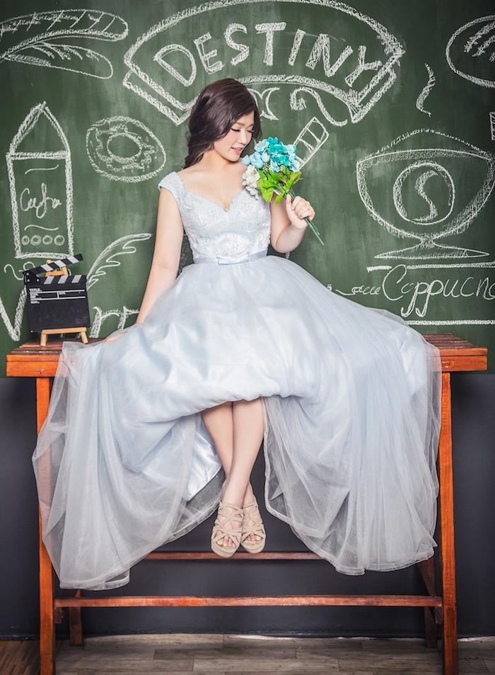 coiffure marriage, cheveux marron foncé, coiffure avec tresse, robe de mariée avec bretelles