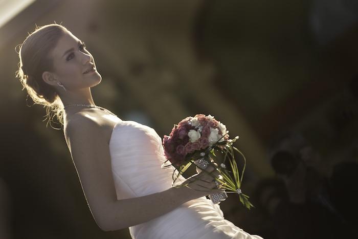 coiffure marriage, boucles d'oreilles en cristaux, bouquet de mariée en petites roses