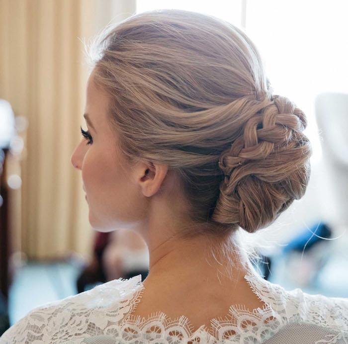 coiffure mariage cheveux long, robe de mariée en dentelle, chignon avec tresse