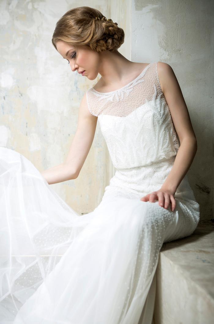 coiffure marriage, robe de mariée en dentelle, couleur de cheveux blond foncé, coiffure avec tresse