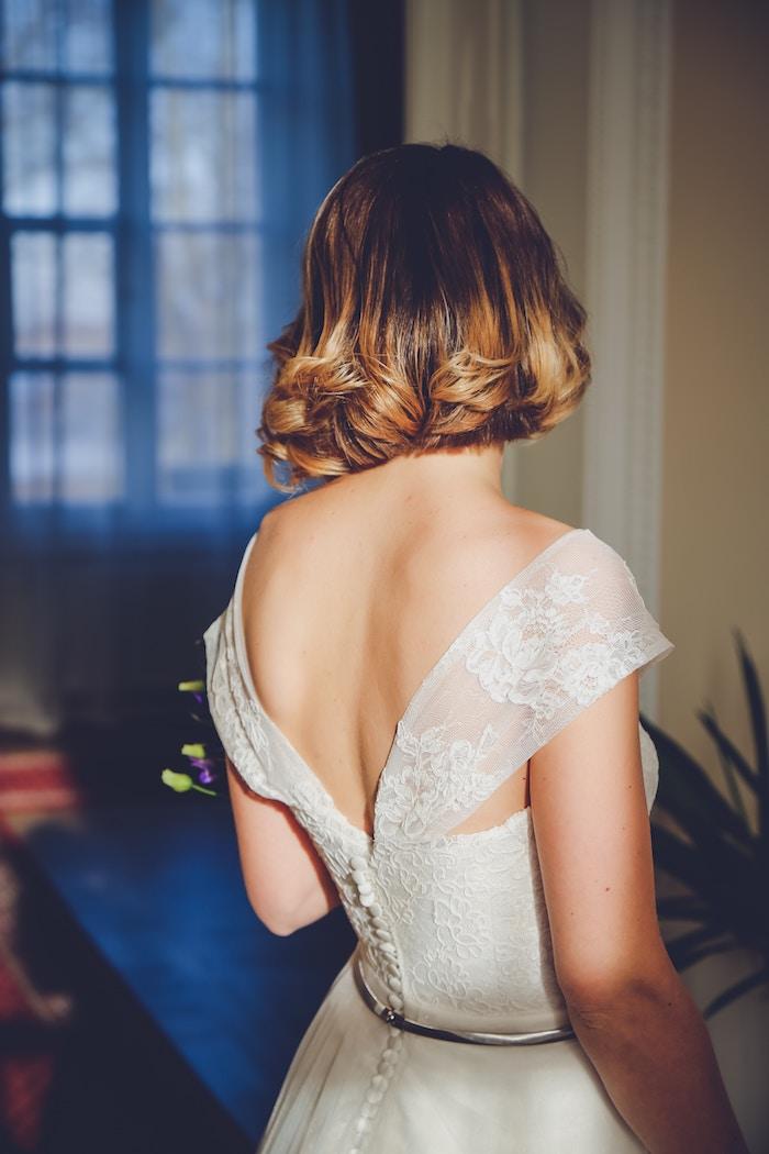 coiffure mariage facile, balayage cheveux, robe de mariée avec dos boutonné