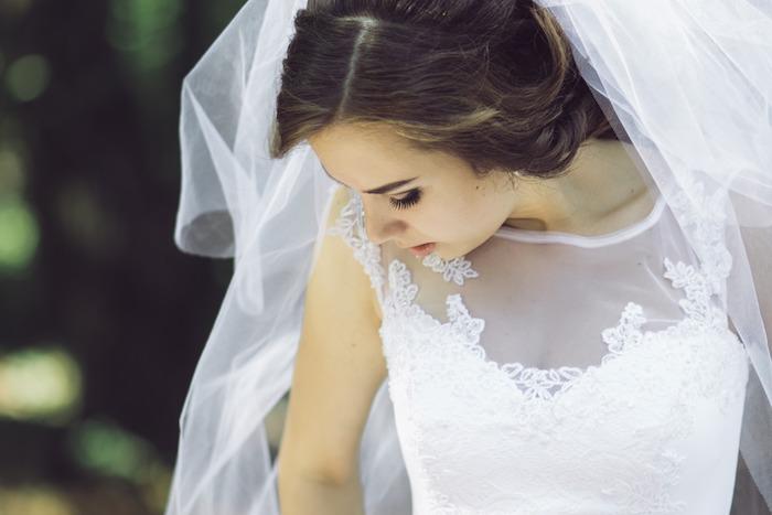 coiffure mariage cheveux long, cheveux marron, voile de mariée longue, mascara effet faux cils