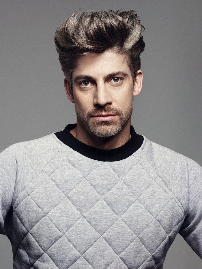 coiffure homme tendance, blouse grise avec colle noire, cheveux de couleur marron foncé, cheveux raides