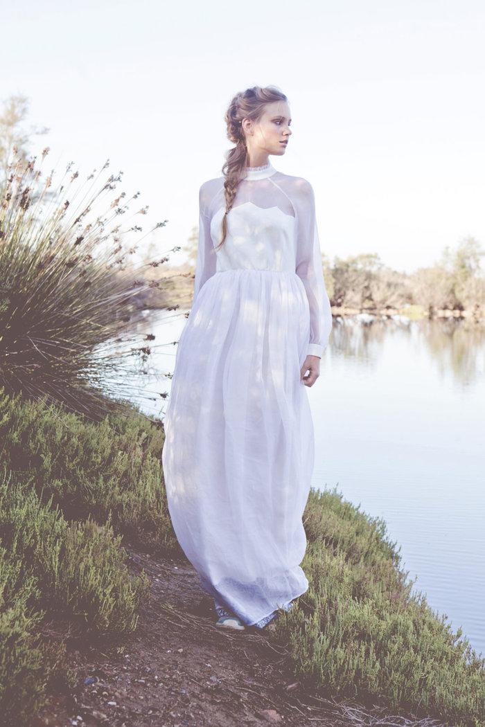 coiffure mariage tresse, robe de mariée avec col et manches longues, cheveux longs