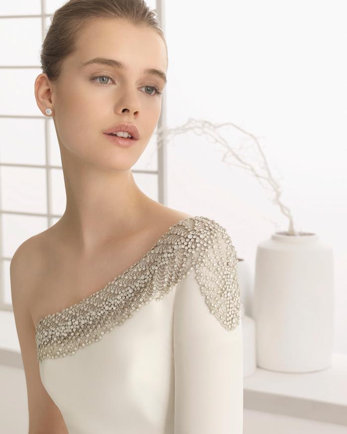 chignon marriage, maquillage naturel, robe de mariée avec bustier asymétrique