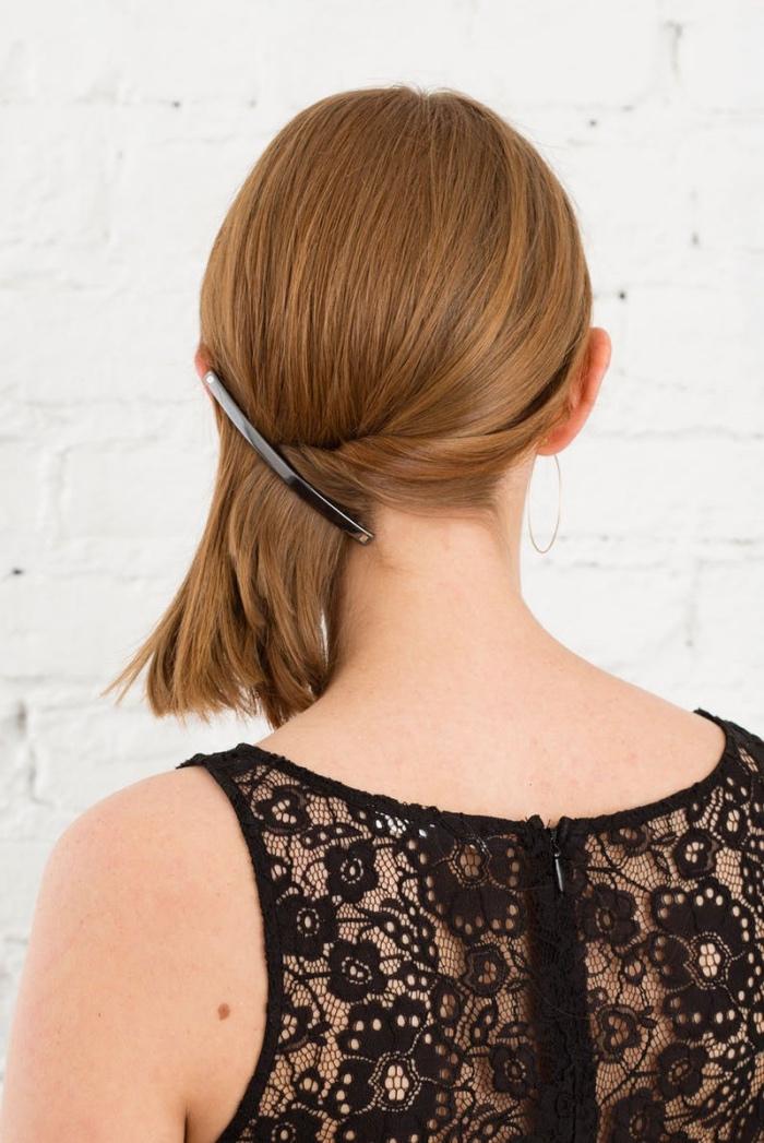 idée coiffure cheveux mi long, queue de cheval de coté, attachement barrette, idée de coiffure simple et rapide