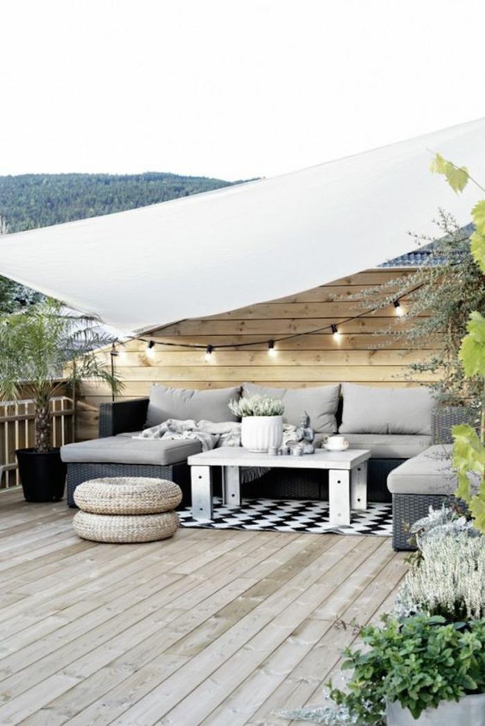 terrasses couvertes avec tissu blanc et une table faite de pallettes peintes en blanc