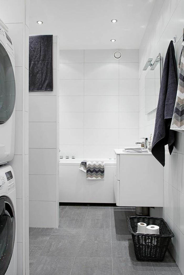 petite salle de bain aux murs en blanc et au carrelage en gris