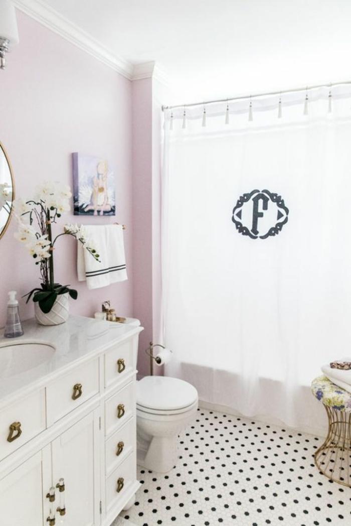 petites salle de bain avec meuble blanc aux manches style rétro et rideaux douche au monogramme