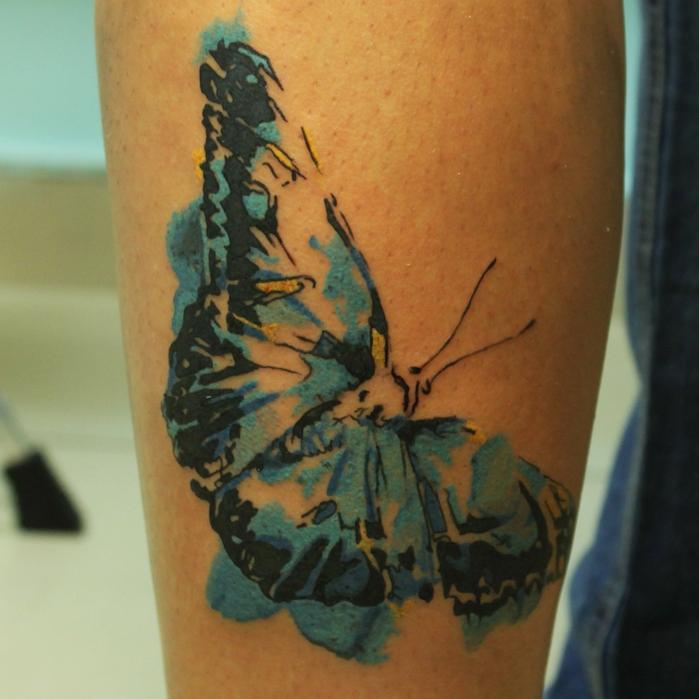 papillon tatouage, dessin en encre sur jambe, papillon en noir et vert, tatouage temporaire