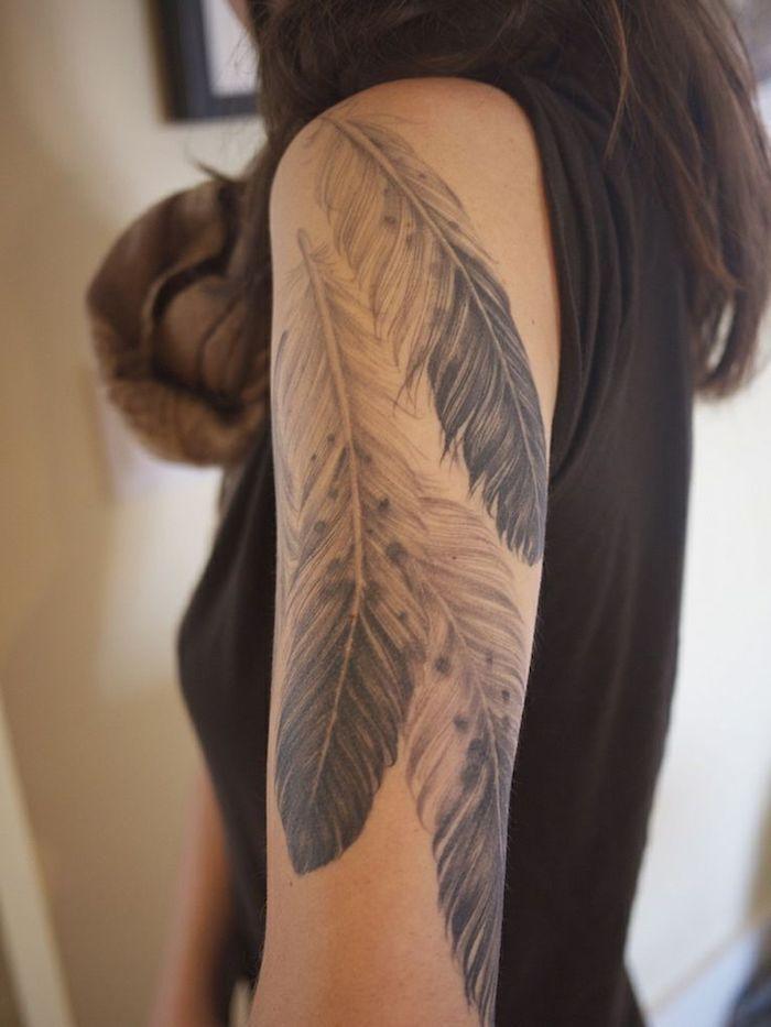 tatouage épaule femme, cheveux mi-long en nuance marron foncé, tatouage avec plumes