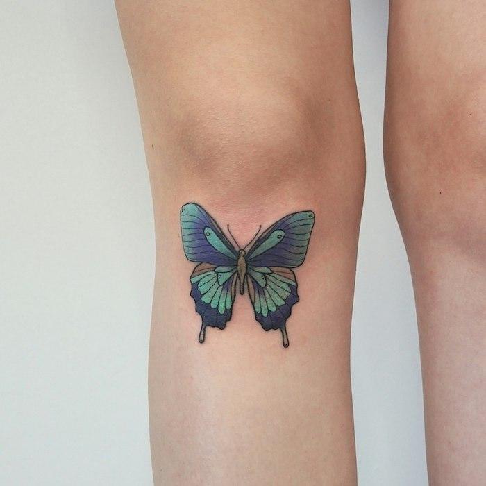 tatouage couleur, art corporel à design papillon avec ailes vert et violet, tattoo sur le genou
