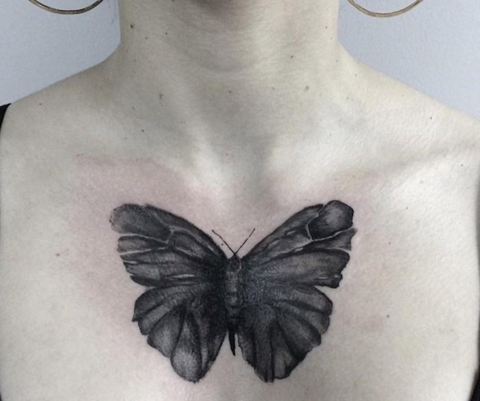 papillon tatouage, femme aux cheveux attachés, design tatouage papillon sur poitrine