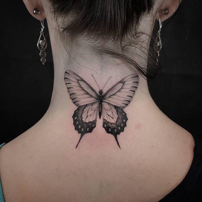 tatouage papillon, femme aux cheveux attachés en marron foncé, boucles d'oreilles en argent, tattoo sur le cou