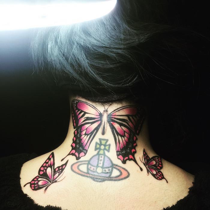 dessin tatouage, idée tattoo pour homme, tatouage sur le nuque en couleurs, papillon avec ailes violets