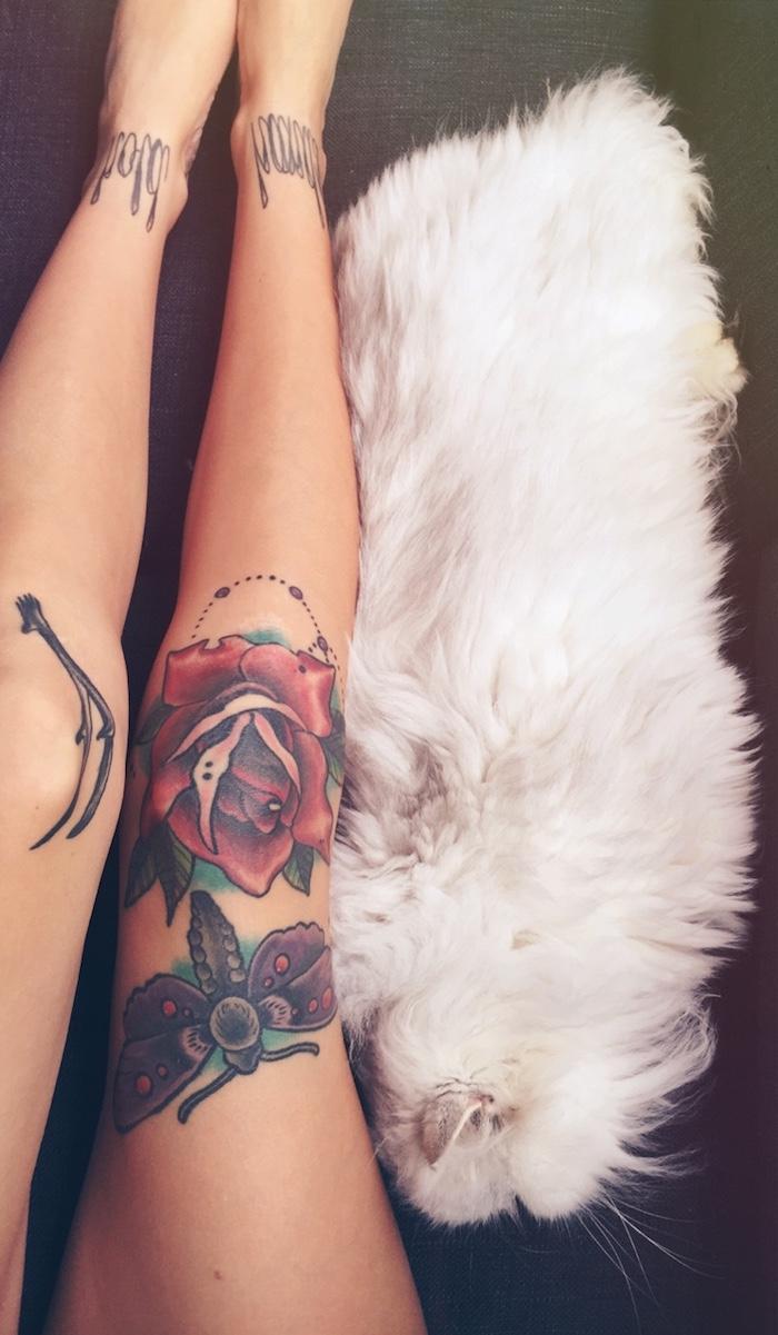 idée tatouage, animal de compagnie lapin blanc, jambes femme avec dessin en encre à motifs floraux et papillon