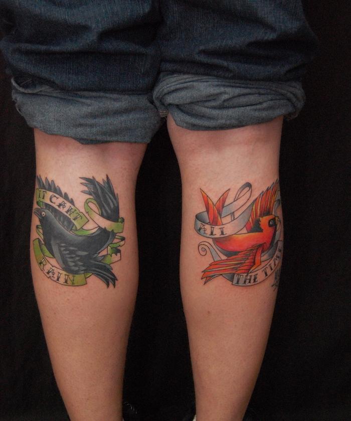 tatouage sur le mollet homme tattoo hirondelle en couleurs