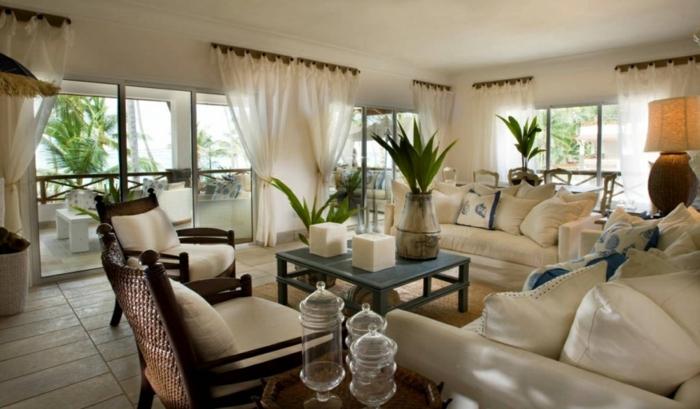 salon moderne, fauteuils avec coussins en couleur crème, sofas claires, rideaux blancs
