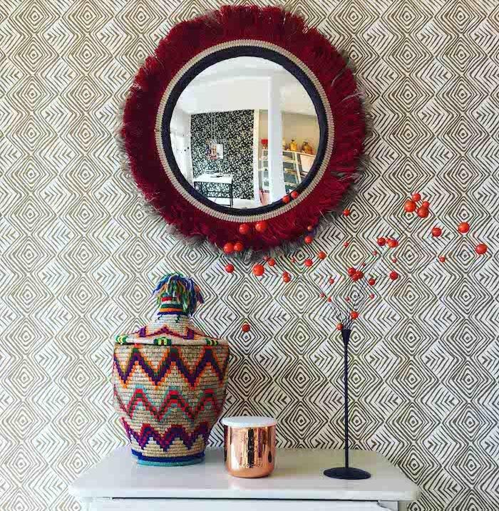 papier peint motifs géométriques, meuble imitation marbre, objets décoratifs à motifs ethniques, accessoire en cuivre