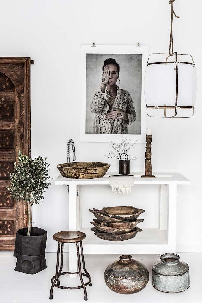 décoration appartement, murs peints en blanc, objets rustiques en bois, bougeoir en bois, petit tabouret bas en cuivre