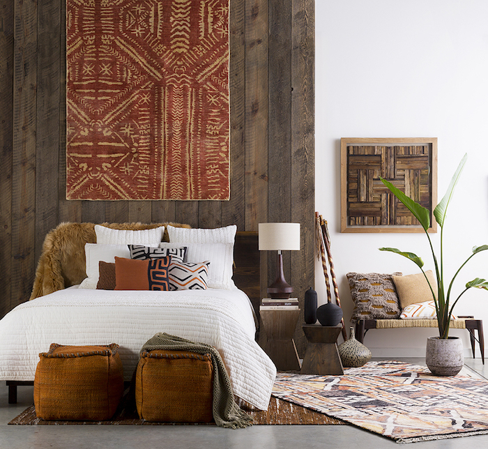 tapis motifs géométriques, chambre à coucher aux murs blancs, décoration murale à motifs ethniques orange et beige