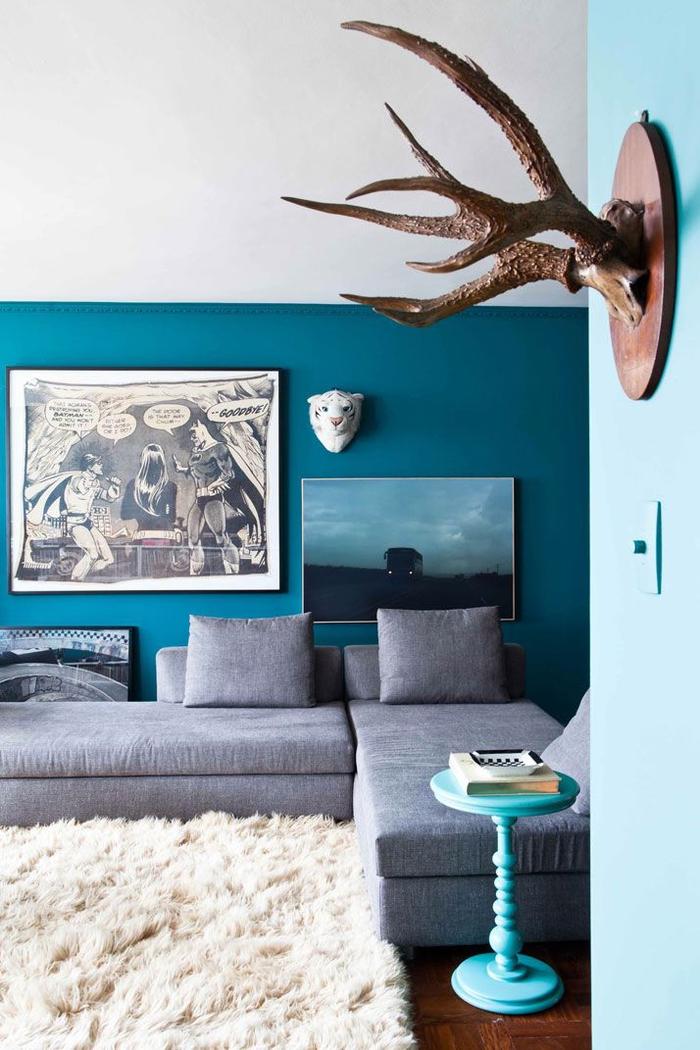 salon moderne chic en bleu paon, gris et blan, ambiance cosy avec un tapis douillet