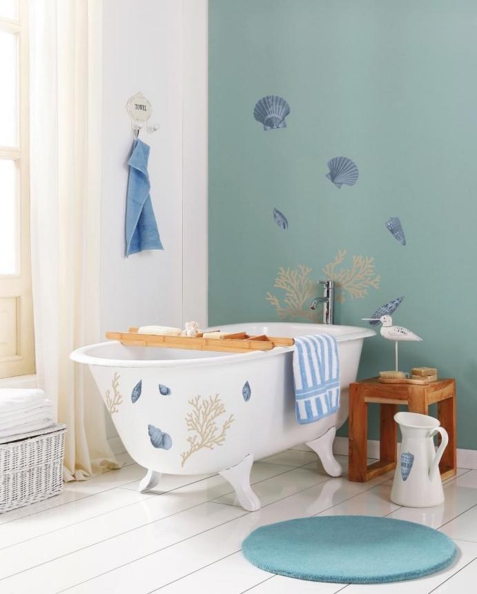 mur d accent vert pastel, thème bord de mer, parquet blanchi, baignoire à poser, tapis rond, rideaux blanches et panier de rangement serviettes