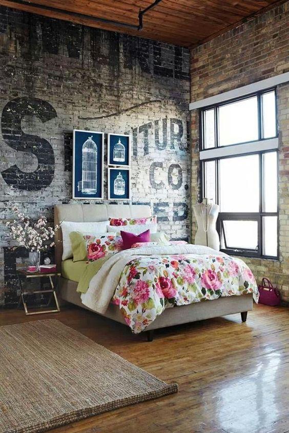 mur en briques defraichi, parquet en bois, linge de lit motifs floraux shabby, lit gris, tapis marron