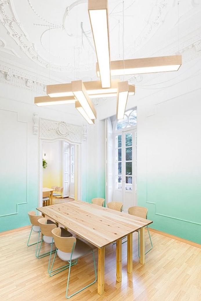 idée peinture murale effet ombré dans la salle à manger, parquet clair, table en bois et chaises en bois et métal, idée éclairage originale suspension design